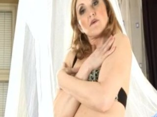 lustful mommy jarka sucks a cock and spreads her