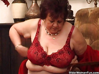 chunky granny bonks her old vagina with sex-toy