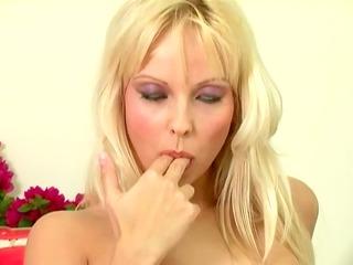 golden-haired chick jana cova masturbates in