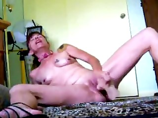mature mommy uses a rubber schlong to fuck herself
