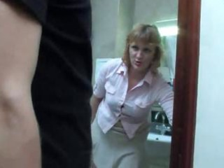 mature mamma takes a piss on the crapper and